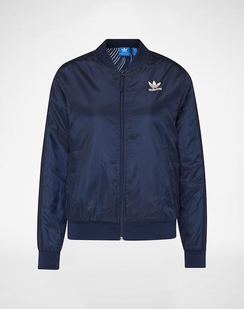 Jacke von Adidas Originals im klassischen Bomber-Stil. Das Piece ist mit den typischen Adidas-Streifen und dem Logo versehen. Ein durchgehender Zipper, zwei Eingriffstaschen, ein breiter Bund und ein Stehkragen vollenden den sporty Look.