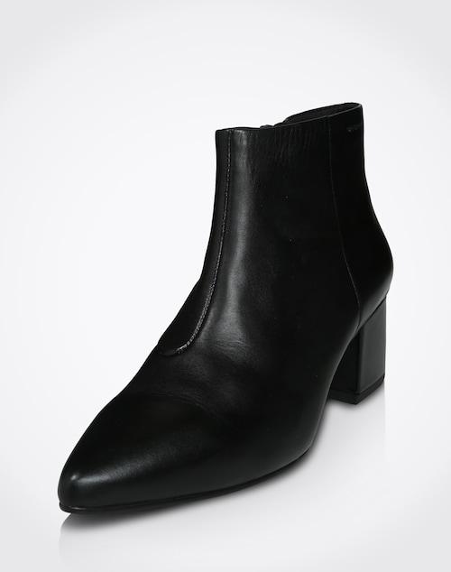 Schlichte Eleganz strahlen die spitz zulaufenden Leder-Stiefeletten ´Mya´ von Vagabond Shoemakers aus. Die abgerundete Ziernaht an der Innenseite verleiht einen Hauch von Vintage-Charme. Durch den einfarbigen Look unbegrenzt kombinierbar.