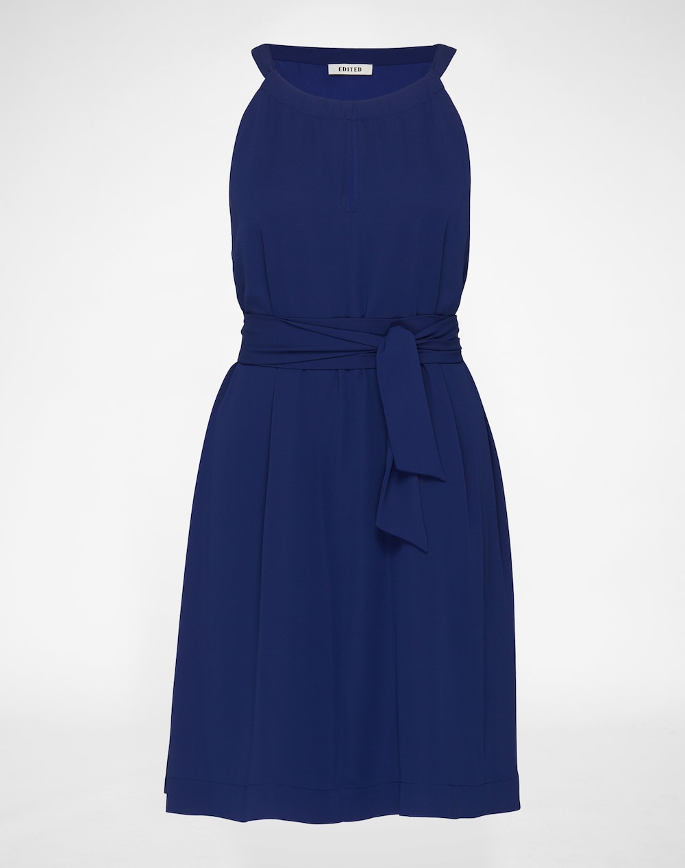 Artikel klicken und genauer betrachten! - Schickes knielanges Kleid von EDITED the label. Raffinierter Kragen ermöglicht einen variablen Key-hole Ausschnitt. Die A-Linie kann durch einen Gürtel in der Taille zu einem figurbetonten Outfit verändert werden. | im Online Shop kaufen