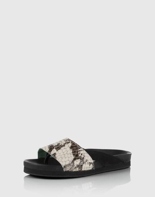 Voll im Trend zeigt sich die Plateausandale von Minimarket in Snake-Optik. Der Mix aus Velours- und Glattleder ist ein zusätzliches Design-Feature. Das geformte Fußbett und der Zehentrenner sorgen für Tragekomfort.