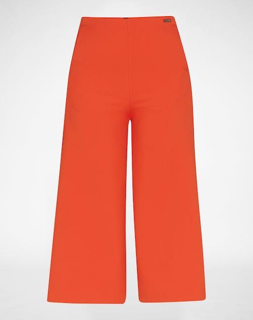 Culotte von Pepe Jeans. Zarte Bundfalten und eine lockere Shape zieren das klassische Design der Stoffhose. Die 3/4 Länge lässt sich perfekt zu Blazer und Sneakern kombinieren, um einen sporty Büro-Look zu kreieren.