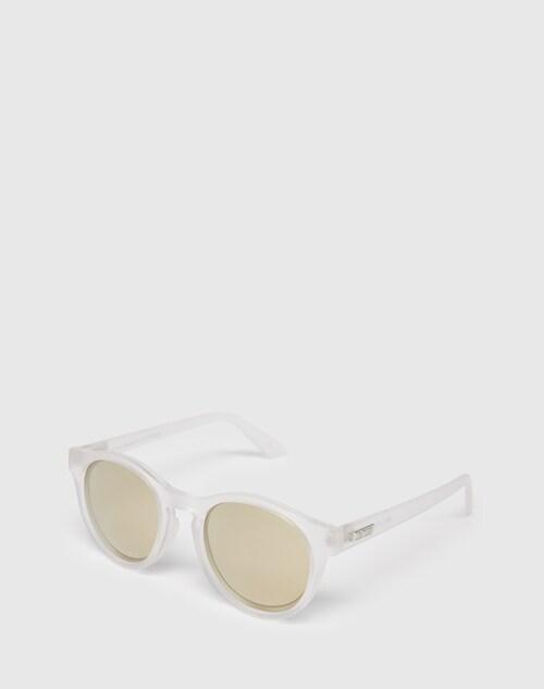 Ihr dezentes Design in matter, leicht transparenter Optik und die abgerundeten Gläser machen aus diesem Accessoire ein absolutes Sommer-Essential. Besonders praktisch wird sie durch das leichte Material aus Kunststoff. Die Gläser sorgen für