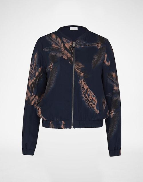 Ein blumiges Statement-Piece ist die Jacke im Bomber-Style von Vila. Die sleeke Optik mit Flower-Muster wird von einem geradlinigen Frontzipper und seitlichen Taschen abgerundet.