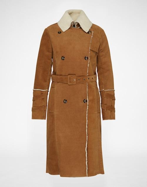 Langer Mantel aus weichem Cord mit Fake Fur Futter und Kragen von Pepe Jeans. Mit doppelreihiger Knopfleiste und Bindegürtel entsteht ein wärmender Style.