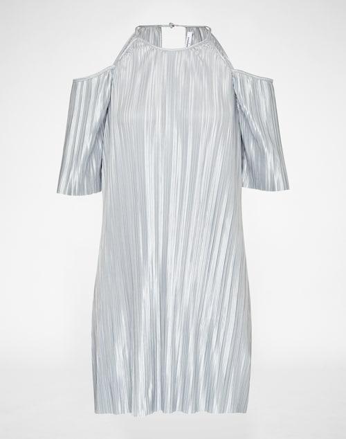 Kleid von GLAMOROUS mit metallischem Glanz. Die Plisseefalten des Dresses sind besonders edel und werten den Look auf. Cut Outs an den Schultern sorgen für einen lässigen Appeal.