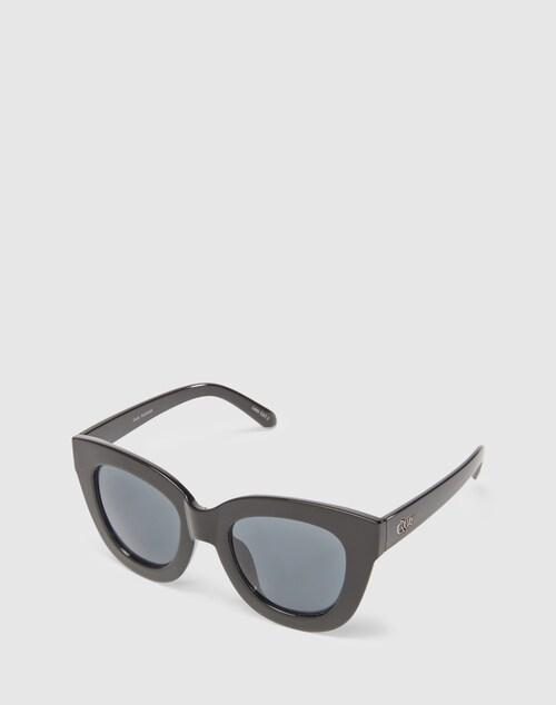 Der modern inszenierte Cat-Eye-Stil der Sonnenbrille Sugar And Spice von QUAY ist das perfekte Accessoire für dramatische Looks mit einem coolen Understatement.
