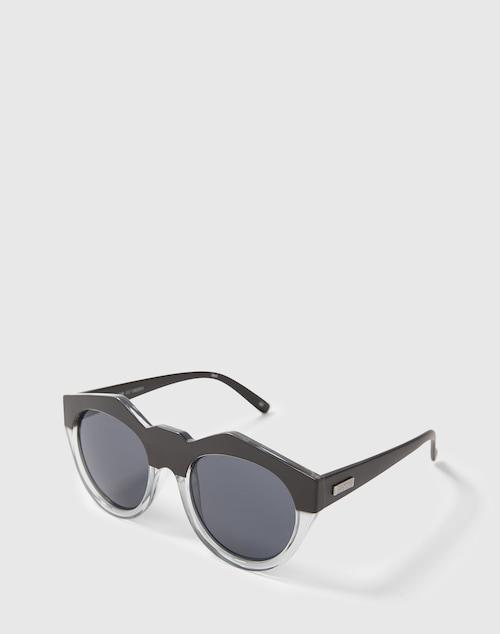 Ein Fashion Piece mit Statement: Die große Sonnenbrille von Les Specs ist ein toller Hingucker. Ihr fester Kunststoffrahmen wird durch die extravagante Form zum Highlight, die dunklen Gläser wirken cool.