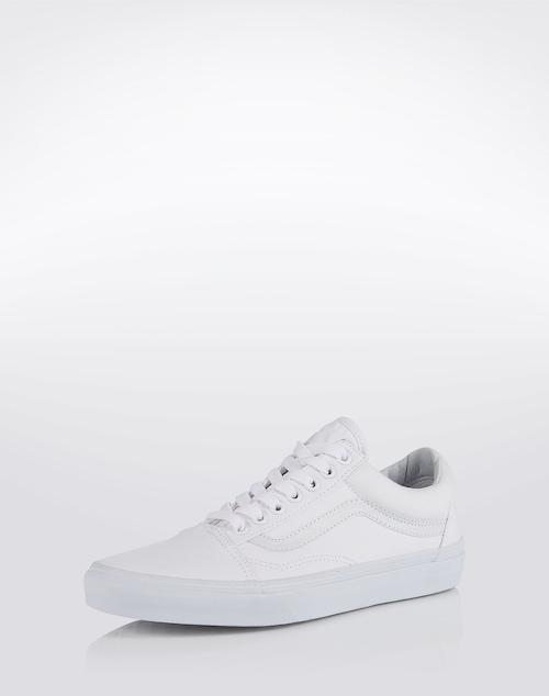 Absoluter Klassiker: die Sneaker von VANS. Das legendäre Design mit der breiten Sohle und der Schnürung, sowie dem kultigen Streifen sorgen für einen lässigen Look.