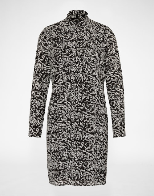Langärmliges Blusenkleid mit Stehkragen und Faltengebung vorne. Das doppellagig verarbeitete Dress ist aus 100% Seide gefertigt, das Unterkleid besteht aus 100% softer Viskose. An der Rückenmitte wird es mit einem verdeckten Metallzipper geschlossen.